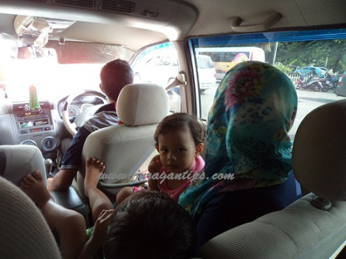 Kumpul keluarga saat mudik lebaran naik mobil keluarga. By Dewi Probowati